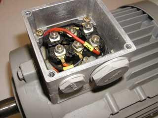 Стандартные электродвигатели вентиляторов питаются переменным трехфазной сети электрического тока (380 В, 50 Гц).